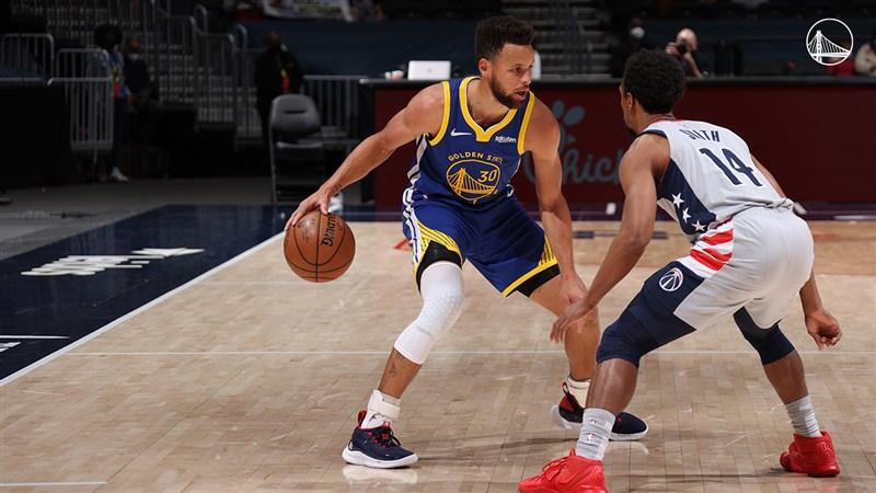 NBA勇士21日對戰華盛頓巫師吞敗,球星柯瑞(左)連續11場次得分達30大關的紀錄也中斷。(圖取自twitter.com/warriors)