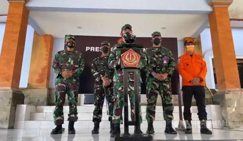 印尼國軍新聞室主任艾瑪德(中)22日上午9時在記者會說明失聯潛艦KRI Nanggala 402的搜救進度。(印尼國軍提供)中央社記者石秀娟雅加達傳真 110年4月22日
