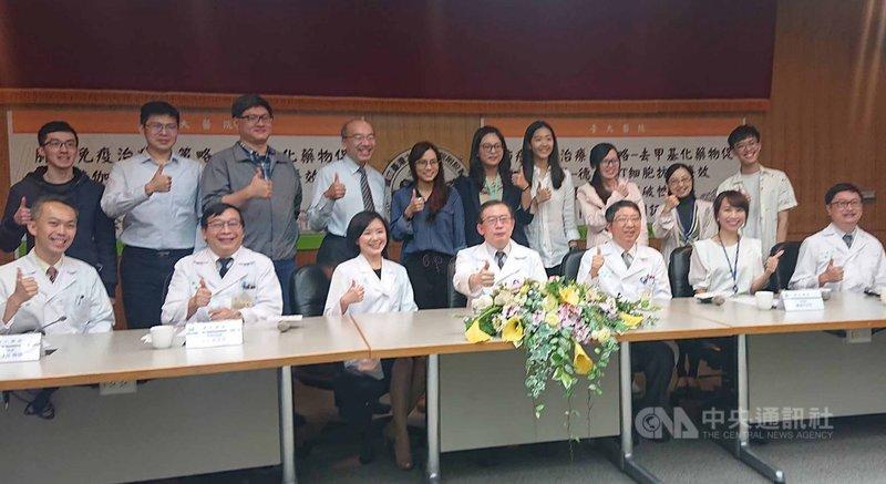 台大醫院內科部主治醫師蔡幸真(前左3)團隊22日在記者會發表研究,結合血癌用藥的去甲基化藥物(Decitabine)與伽瑪-德爾塔(γδ) T細胞,老藥新用研發出治療肺癌的新策略。中央社記者陳婕翎攝  110年4月22日