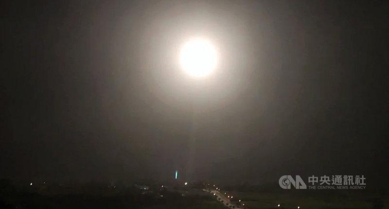 一道亮光22日晚間劃破東海岸上空,原來是中科院進行火砲試射,將近30秒的飛行讓旁觀民眾高呼「快撞到月亮了」;而一旁觀看的中科院退休人員研判,和過去一樣,這次應該是測試天弓三增程型飛彈。中央社記者盧太城台東攝 110年4月22日