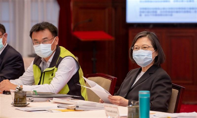 總統蔡英文(右)22日下午在總統府接見接見「2021全國NGOs環境會議環保團體代表」致詞表示,歡迎環團代表再度來到總統府,在世界地球日的這一天,面對面交流就是要為環境的永續發展多盡一份心力。(總統府提供)