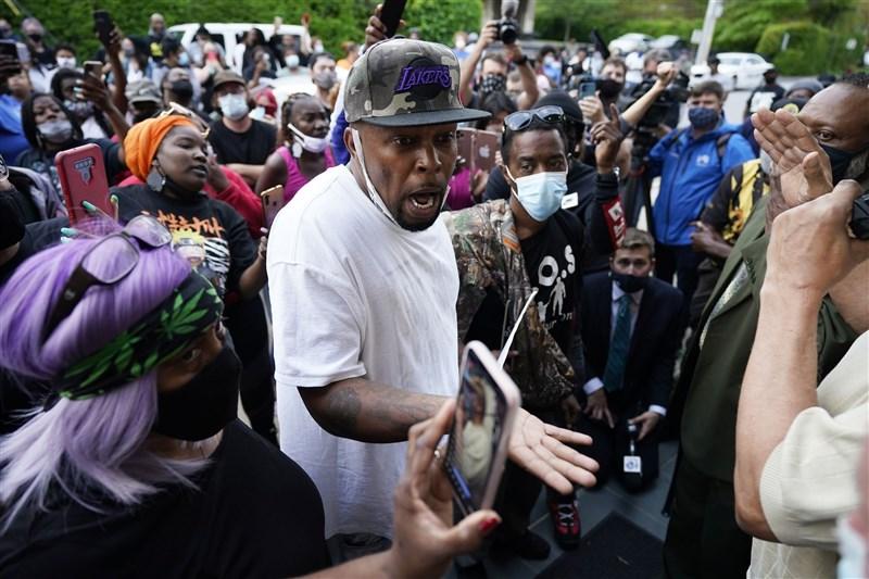 美國北卡羅來納州一名員警21日執行一道搜索令時,開槍將一名非裔男子擊斃,引發當地群眾憤怒示威。(美聯社)