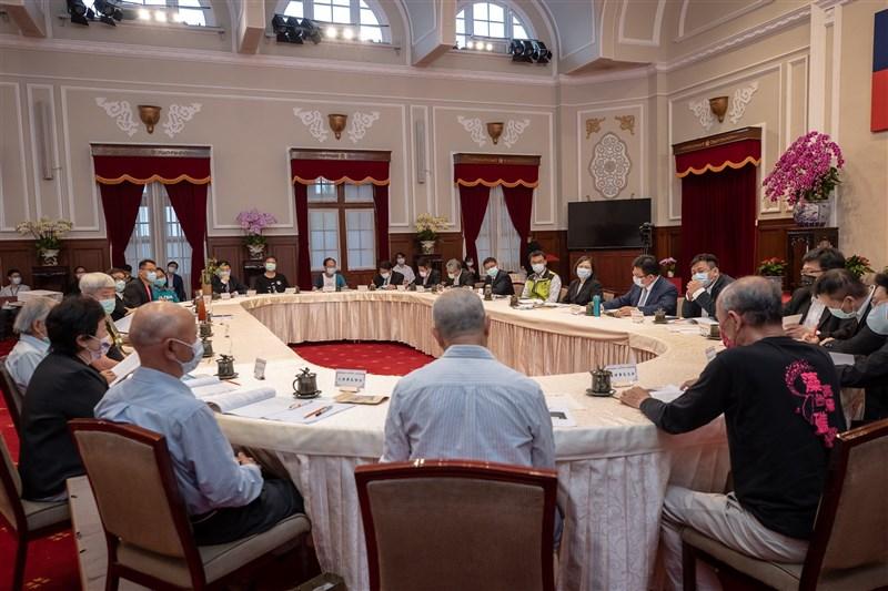 總統蔡英文22日與環團會談三小時,對於三接與藻礁議題、替代方案等議題仍無共識。(總統府提供)