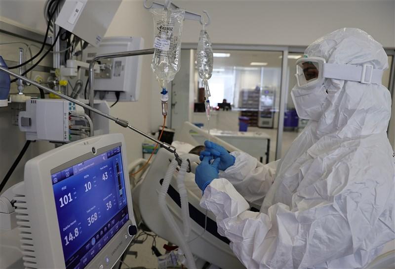 土耳其22日通報近6萬2000起武漢肺炎病例,累計逾444萬例,超越英國,成為全球病例數第6高的國家。圖為安卡拉市立醫院醫護人員照顧重症患者。(安納杜魯新聞社)