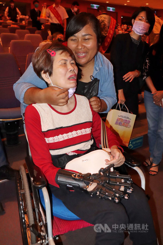 印尼看護安妮(JARIANI)(前右)將中風的阿嬤(前左)當成自己家人細心照顧,也獲雇主讚許與感恩。安妮22日獲新北市府表揚模範勞工,阿嬤到場分享喜悅。中央社記者黃旭昇新北攝 110年4月22日