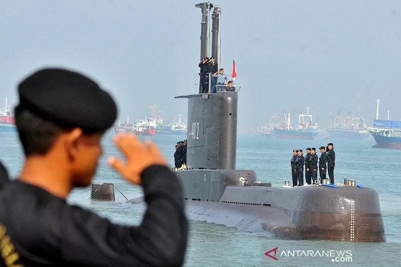 1300噸的印尼KRI Nanggala 402(圖)是德製209型油電混合動力攻擊潛艦,知情專家透漏,這艘失聯潛艦設計搭載約34名乘員,暫不清楚這次演習時艦上為何會有53人。(安塔拉新聞社)