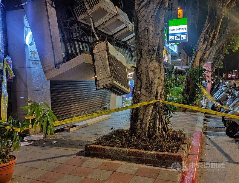 台北市民生東路5段附近大樓的1樓店面雨遮,22日晚間疑似因為放置多台冷氣機崩塌,幸無人受傷。(警方提供)中央社記者劉建邦傳真 110年4月23日