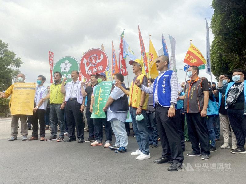 五一行動聯盟23日舉行五一勞工大遊行行前記者會,宣布將號召3000人參與遊行,將提出2大訴求「薪資要提高、年金要保障」,要求政府解決勞工低薪困境。中央社記者吳欣紜攝  110年4月23日