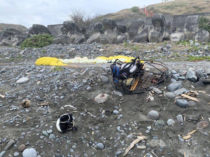 鄧姓飛行傘教練23日在東海岸都蘭海邊駕駛動力飛行傘,忽然失控從3層樓高墜落,臉部嚴重受傷,所幸沒有生命危險。(民眾提供)中央社記者盧太城台東傳真  110年4月23日