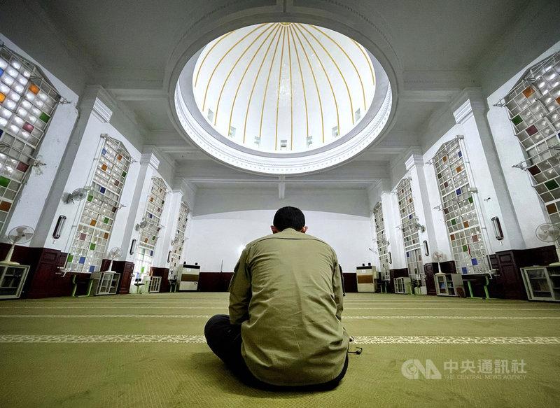 確診武漢肺炎機師16日曾赴台北清真寺參加活動,北市府23日表示,寺內已完成消毒作業,本週也配合封閉,待下週再評估是否恢復開放。圖為110年3月31日民眾於台北清真寺內活動情形。中央社記者王飛華攝 110年4月23日
