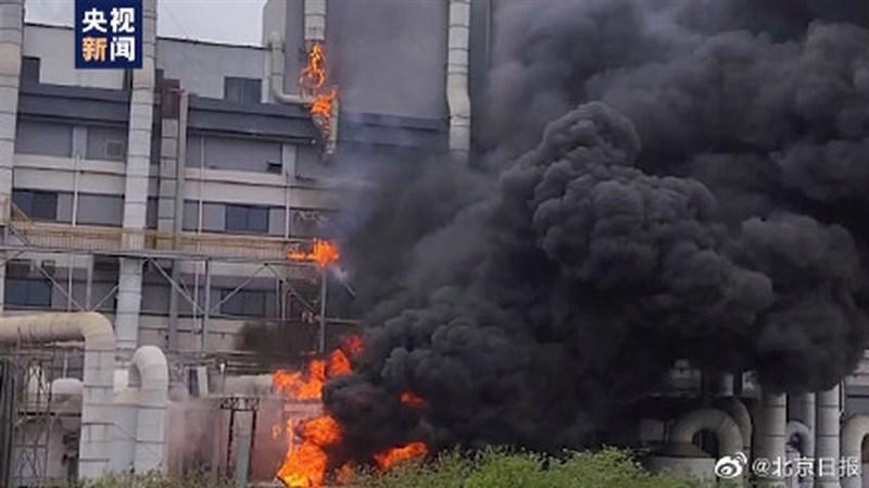 上海金山勝瑞電子廠房22日下午發生火災,大火延燒17小時,23日清晨撲滅,造成8人死亡。(圖取自weibo.com/beijingdaily)