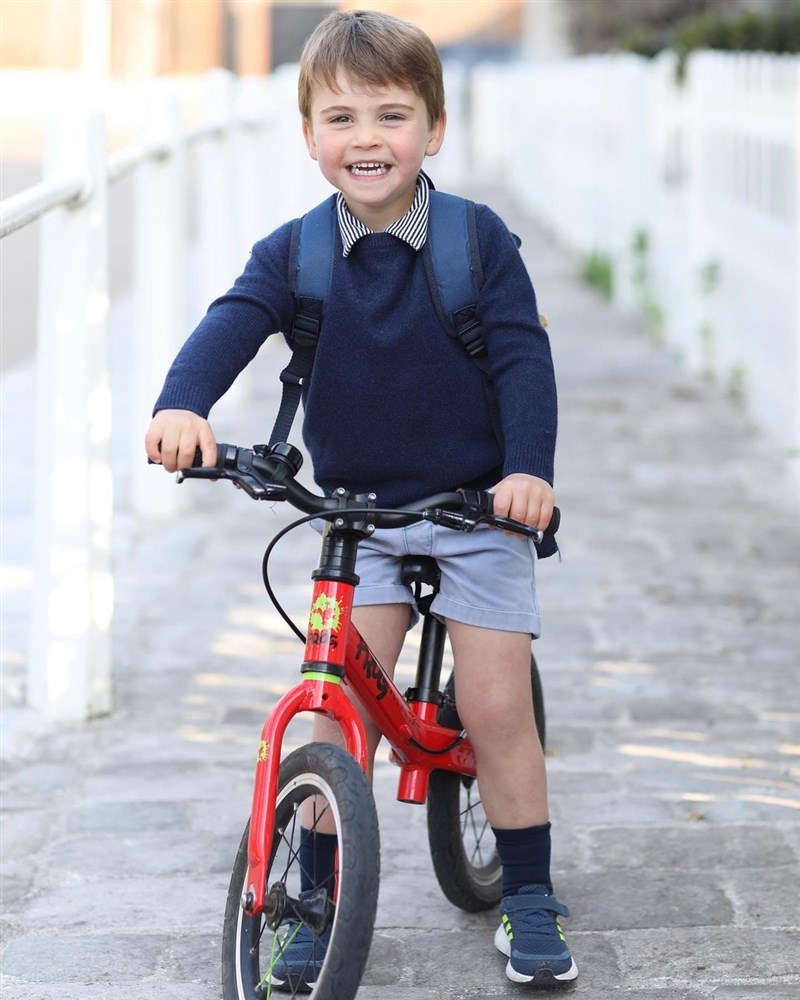 英國威廉王子的次子路易王子23日滿3歲,肯辛頓宮公開他背著背包、騎著學步車的照片。(圖取自instagram.com/kensingtonroyal)