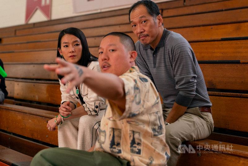 台裔導演黃頤銘(中)的電影「布吉闖籃關」以亞裔青年追逐NBA的故事,呈現亞裔美國人家庭生活。(UIP提供)中央社記者葉冠吟傳真  110年4月23日