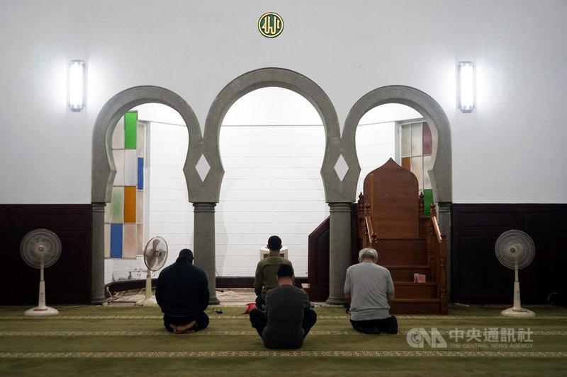 中央流行疫情指揮中心23日表示,案1090、1091等個案在4月16日都有台北清真寺的共同活動史,目前正在了解是否為群聚事件,而當天清真寺的活動,參與人數高達400人左右。圖為3月31日台北清真寺內情形。中央社實習記者周怡楨攝 110年4月23日