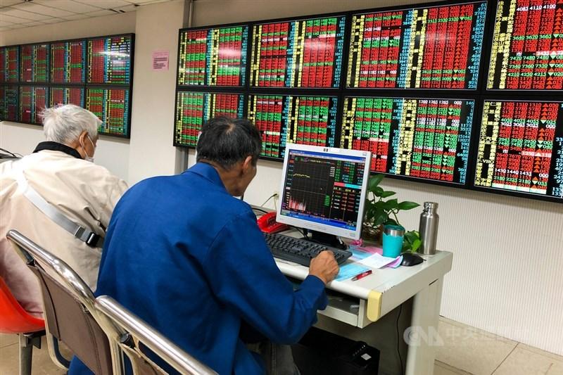 台股22日爆出6523.88億元新天量後,23日開高後殺低再震盪走高,民眾關注後續走勢。中央社記者王騰毅攝 110年4月23日