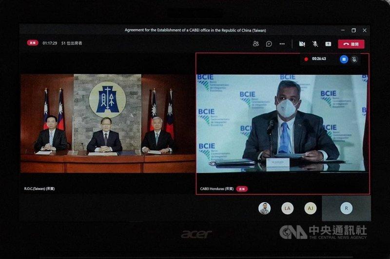 外交部23日與中美洲銀行(CABEI)視訊簽署協定,外交部長吳釗燮(左1)、財政部長蘇建榮(左2)、中央銀行總裁楊金龍(左3),及CABEI總裁Dante Mossi(右1)出席。(外交部提供)中央社記者游凱翔傳真  110年4月23日