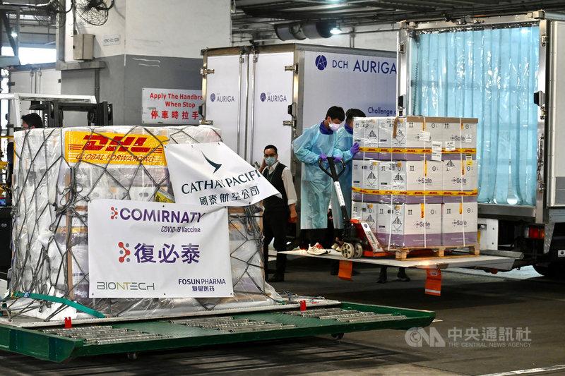 環球時報英文版22日報導,由德國BioNTech和中國復星醫藥共同開發的COVID-19疫苗(輝瑞疫苗),極有可能在7月前獲得中國批准上市。圖為2月27日,首批輝瑞疫苗運抵香港。(中通社提供)中央社 110年4月23日