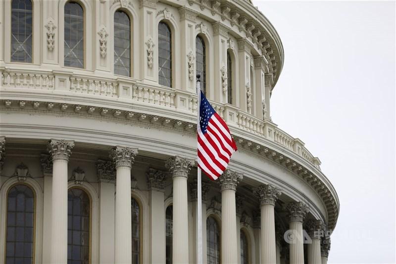 為了打擊針對亞裔的暴力犯罪,美國聯邦參議院22日通過法案,將促進對仇恨犯罪的審查,並為地方執法人員提供協助。圖為美國國會大廈外觀。(中央社檔案照片)