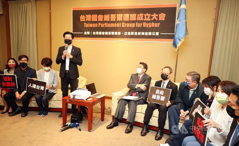 無黨籍立委林昶佐(左4)籌組跨黨派「台灣國會維吾爾連線」,23日在立法院舉行成立大會。世界維吾爾代表大會表達感謝,強調「自由民主國家有義務說實話」,抵擋民主與人權倒退的逆流,並呼籲立法院通過種族滅絕動議。中央社記者張新偉攝 110年4月23日