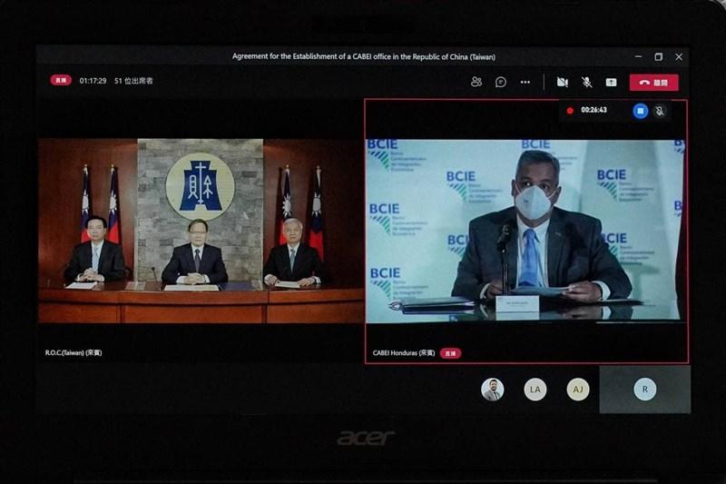 財政部宣布,23日上午以視訊方式與中美洲銀行(CABEI)簽署設立駐中華民國(台灣)國家辦事處協定。左起為外交部長吳釗燮、財政部長蘇建榮、中央銀行總裁楊金龍及CABEI總裁摩西。(外交部提供)