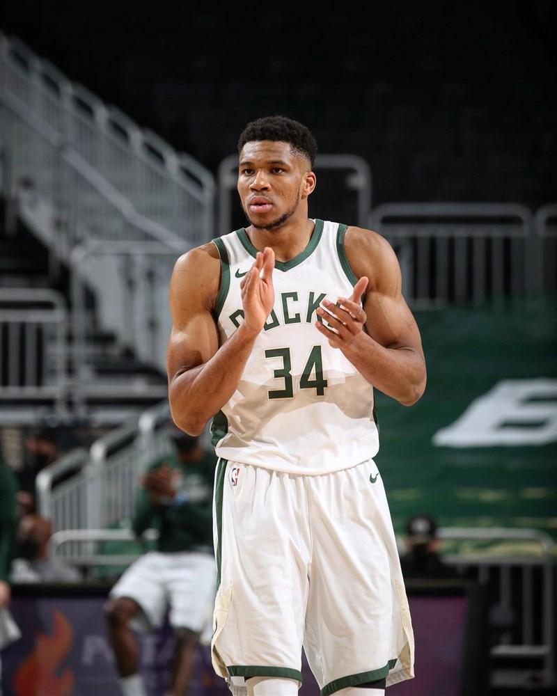 NBA密爾瓦基公鹿球星「字母哥」安特托昆博22日豪取27分與16籃板的雙十表現外加6助攻,終場公鹿以124比117擊敗費城76人。(圖取自twitter.com/Giannis_An34)