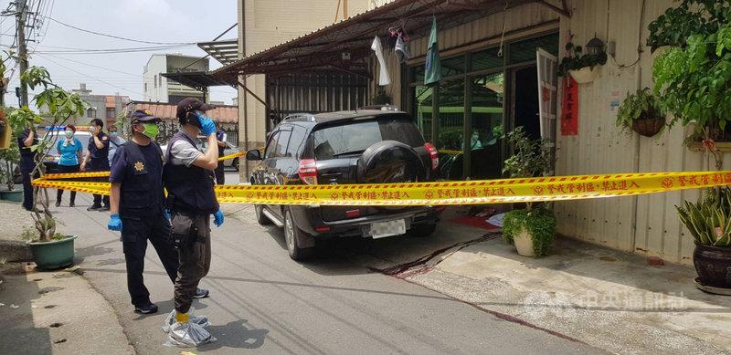 台南市善化區一處民宅23日發生槍擊案,現場1男1女頭部中彈死亡,警方到場後立即拉起封鎖線展開調查。(台南市警局提供)中央社記者張榮祥台南傳真  110年4月23日