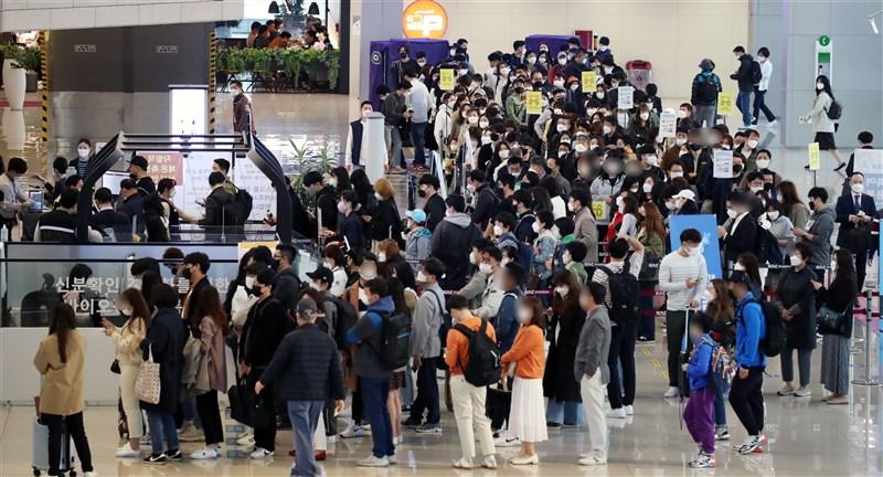 截至23日,韓國單日確診COVID-19達797例,刷新1月初以來新高。圖為首爾西部的機場16日擠滿人潮。(韓聯社)