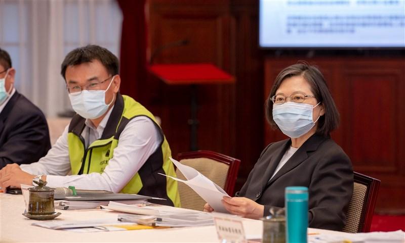 總統蔡英文(右)22日接見環保團體代表,她表示,政府一直努力持續和民間對話,三接開發面積從原規劃232公頃縮減至23公頃就是對話結果,希望各界不要排斥任何方案可能性。(圖取自facebook.com/tsaiingwen)