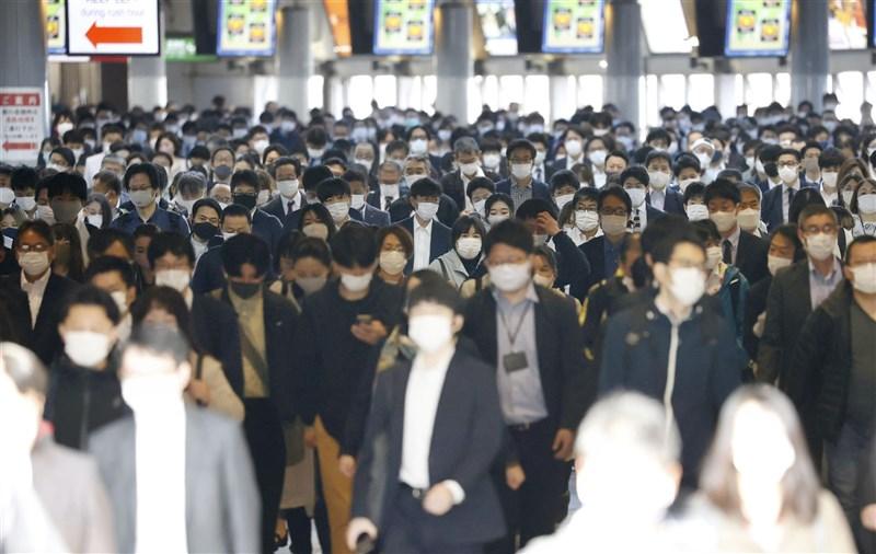 日本疫情嚴峻,東京都、大阪府、兵庫縣及京都府4都府縣3度發布「緊急事態宣言」,預計25日開始實施。圖為東京品川車站,民眾戴口罩通勤。(共同社)