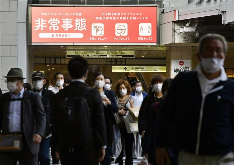 日本大阪府23日武漢肺炎連4天新增破千例,日本政府第3度發布緊急事態。圖為23日大阪梅田人潮。(共同社)