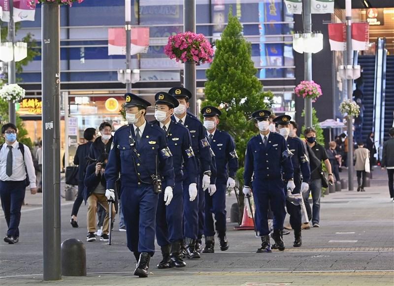 日本政府正式決定對疫情嚴峻的東京都、大阪府、兵庫縣及京都府4都府縣發布「緊急事態宣言」,期間為4月25日到5月11日。圖為23日警察在東京新宿歌舞伎町巡邏。(共同社)