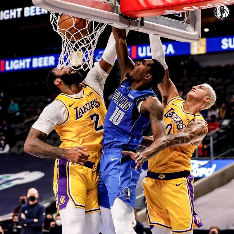 美國職籃NBA洛杉磯湖人22日對戰達拉斯獨行俠,以110比115吞敗。(圖取自twitter.com/dallasmavs)