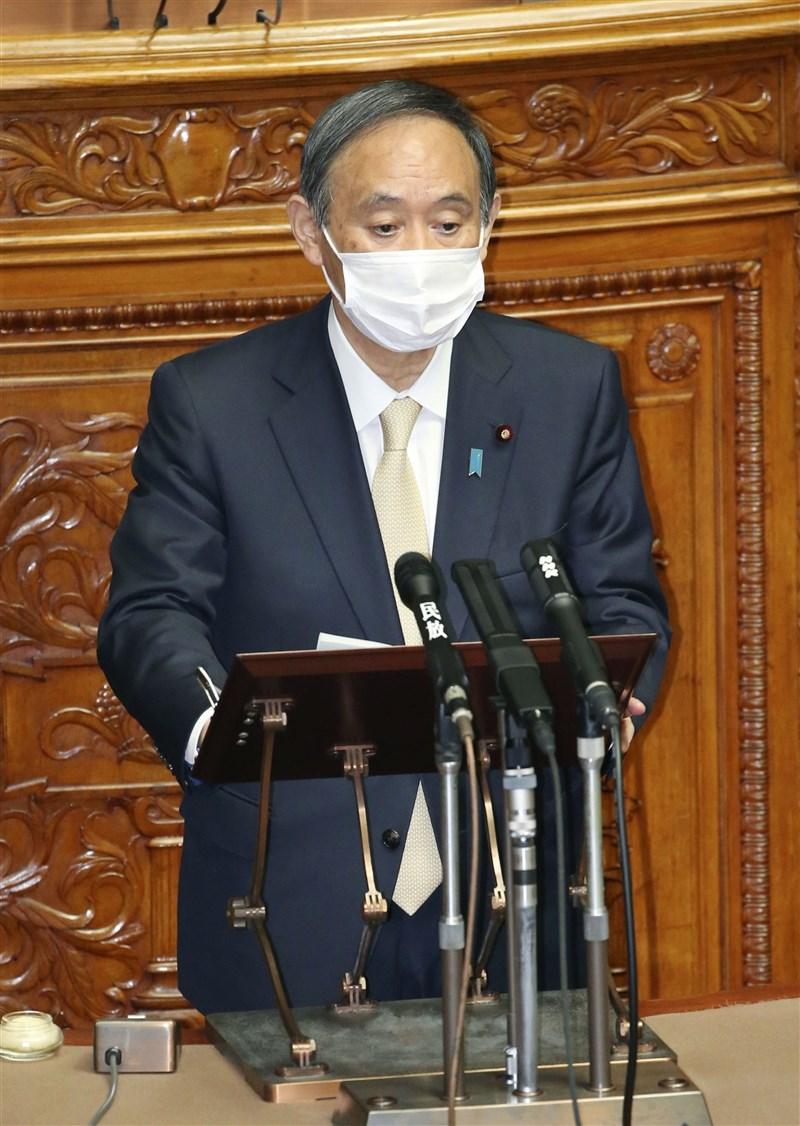 日本首相菅義偉23日下午在國會答詢時,為第3度發布緊急事態道歉。(共同社)