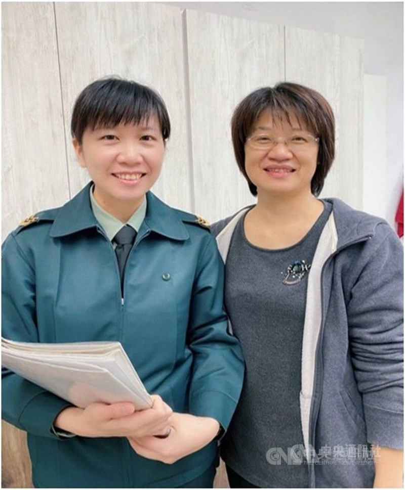 陸軍上士何佳純(左)在一次回母校台東女中時,意外得知與學校主計室主任吳佳純(右)同名,致電向親友確認後,揭開28年前的取名奇妙緣分,兩人成功相認,傳為佳話。(何佳純提供)中央社記者盧太城台東傳真 110年4月23日
