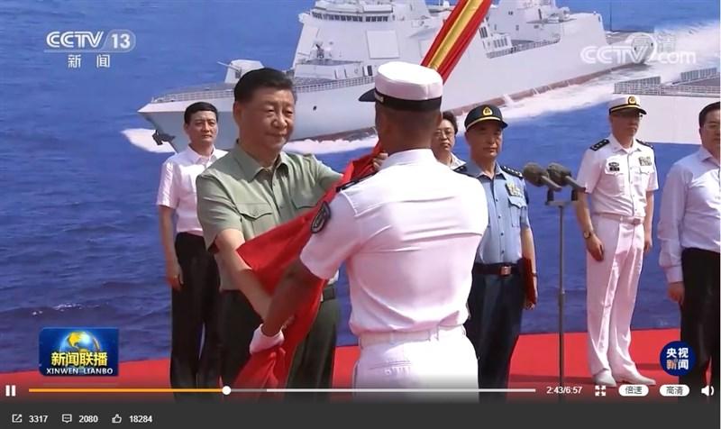 中共總書記習近平(前左)23日在海南三亞出席3艘主戰艦艇啟用交接儀式。(圖取自weibo.com/cctvxinwen)