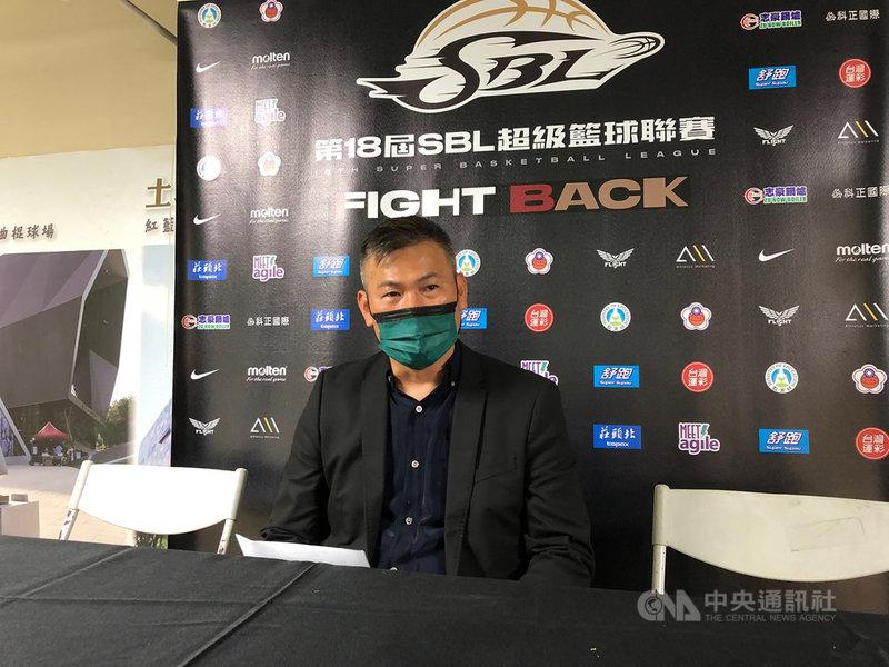 距離超級籃球聯賽(SBL)季後賽首輪開打僅剩一週,台灣啤酒總教練周俊三(圖)24日表示,仍希望蔣淯安能打季後賽,但還需觀察未來一週訓練與傷勢狀況。中央社記者黃巧雯攝 110年4月24日