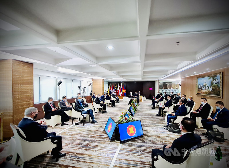 東南亞國家協會24日就緬甸情勢召開領袖峰會,2月發動政變的緬甸軍政府領導人敏昂萊與各國領袖對話。(印尼總統府提供)中央社記者石秀娟雅加達傳真 110年4月24日