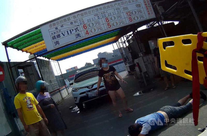 嘉義市新民路一間加油站24日發生汽車暴衝事件,駕駛為74歲江姓老翁,送醫急救不治,事故並造成2名員工受傷,事發原因仍待調查釐清。(嘉義市消防局提供)中央社記者黃國芳傳真 110年4月24日