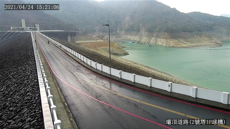 對流雲系發展旺盛,台南山區24日下午迎來久違的雨水,曾文水庫壩頂路面雨後潮溼。(南水局提供)中央社記者張榮祥台南傳真 110年4月24日