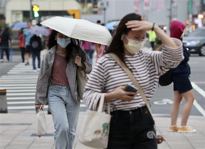中央氣象局預測,明天華南雲雨區東移通過台灣,各地降雨機率提高。(中央社檔案照片)