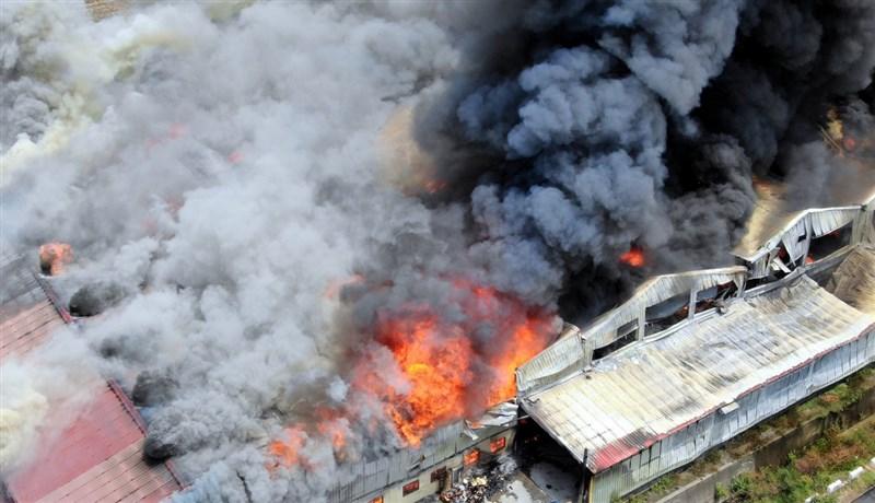 嘉義口罩國家隊、昭惠實業公司工廠24日發生火災,廠房陷入一片火海,大量濃煙不斷竄出,所幸未傳人員傷亡。(嘉義縣消防局提供)中央社記者黃國芳傳真 110年4月24日