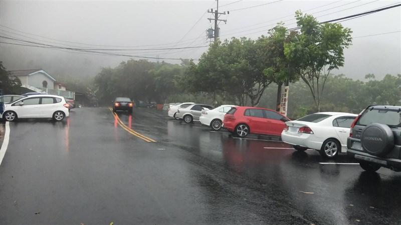 台南市山區24日下午突然降雨,局部地區下了1個多小時,讓久未聽見雨聲的居民高興的不得了;中央氣象局南區氣象中心觀測,在楠西區累積雨量有24.5毫米。圖為楠西區梅嶺降雨畫面。(陳居峰提供)中央社記者張榮祥台南傳真 110年4月24日