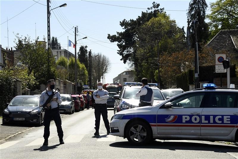 法國巴黎郊區警局23日一名雇員今天遭一名男子刺死,凶嫌已遭警擊斃。圖為案發後警方封鎖現場。(法新社)