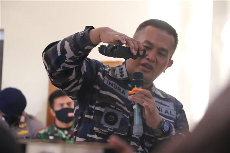 印尼海軍參謀長尤多24日在記者會指出,在海底找到部分殘骸,顯示失聯潛艦KRI Nanggala-402艦身破損。(印尼國軍提供)中央社記者石秀娟雅加達傳真 110年4月24日