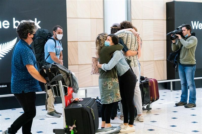 紐西蘭23日起暫停紐澳間新開放的旅遊泡泡。圖為19日兩國開放實施邊境開放,雪梨機場民眾與親友團聚時相擁。(圖取自facebook.com/SydneyAirport)