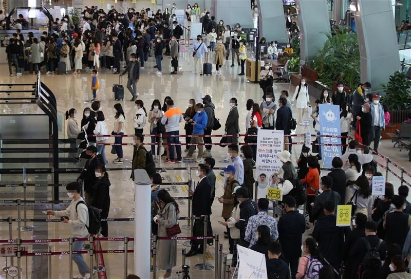 韓國單日確診達797例,刷新1月初以來新高,但23日首爾西部的金浦國際機場國內線出境大廳仍現出遊人潮。(韓聯社)