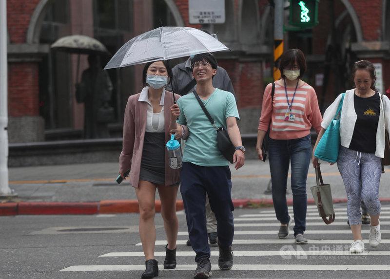 氣象專家吳德榮表示,25日起至29日,因華南雲系及鋒面接力影響,天氣不穩定,各地雲量增、會出現局部短暫陣雨或雷雨;其中29日中部以北有明顯雨勢,南部山區亦有降雨。台北街頭降下細雨,民眾撐傘擋雨。中央社記者吳家昇攝 110年4月25日