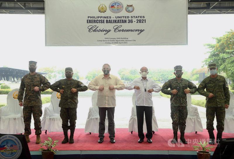 菲美年度大型演習「肩並肩」(Balikatan)聯合軍演23日閉幕。菲律賓國防部長羅倫沙納(右3)、美國駐菲大使館代辦拉奧(John C. Law,左3)等人合影。(菲律賓軍方提供)中央社記者陳妍君馬尼拉傳真 110年4月25日