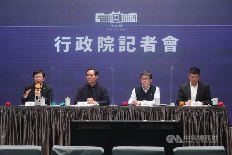 行政院25日召開記者會說明台鐵改革方案,由發言人羅秉成(左2)主持,行政院秘書長李孟諺(右2)、交通部長王國材(左)、台鐵局長杜微(右)出席。中央社記者吳家昇攝 110年4月25日
