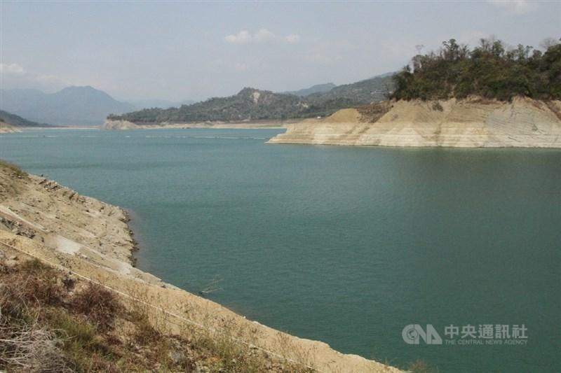 25日各地陸續迎來降雨,水利署統計,南化水庫可望進帳67萬噸,但新竹地區及曾文水庫還是難以解渴。圖為曾文水庫。(中央社檔案照片)